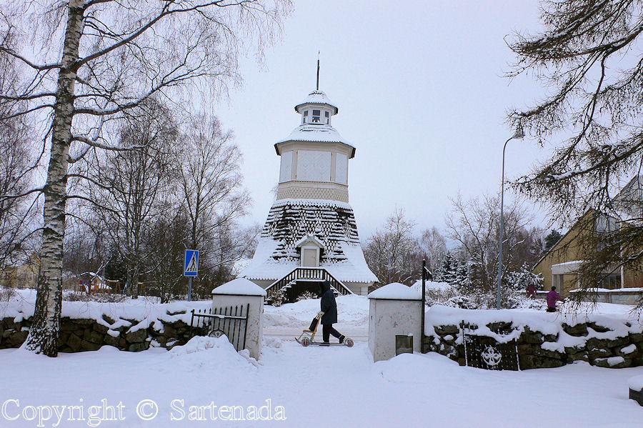 Elimäki - In Finland bell towers are mainly separated from churches / En Finlandia campanarios son generalmentemente separados de iglesias / Dans Finlande les clochers sont généralement séparés des églises