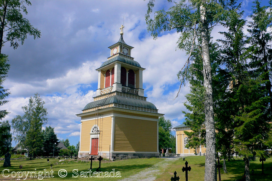 Evijarvi-In Finland bell towers are mainly separated from churches / En Finlandia campanarios son generalmentemente separados de iglesias / Dans Finlande les clochers sont généralement séparés des églises