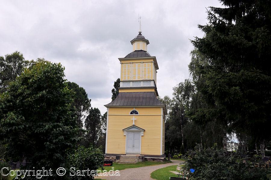Haapajarvi-In Finland bell towers are mainly separated from churches / En Finlandia campanarios son generalmentemente separados de iglesias / Dans Finlande les clochers sont généralement séparés des églises