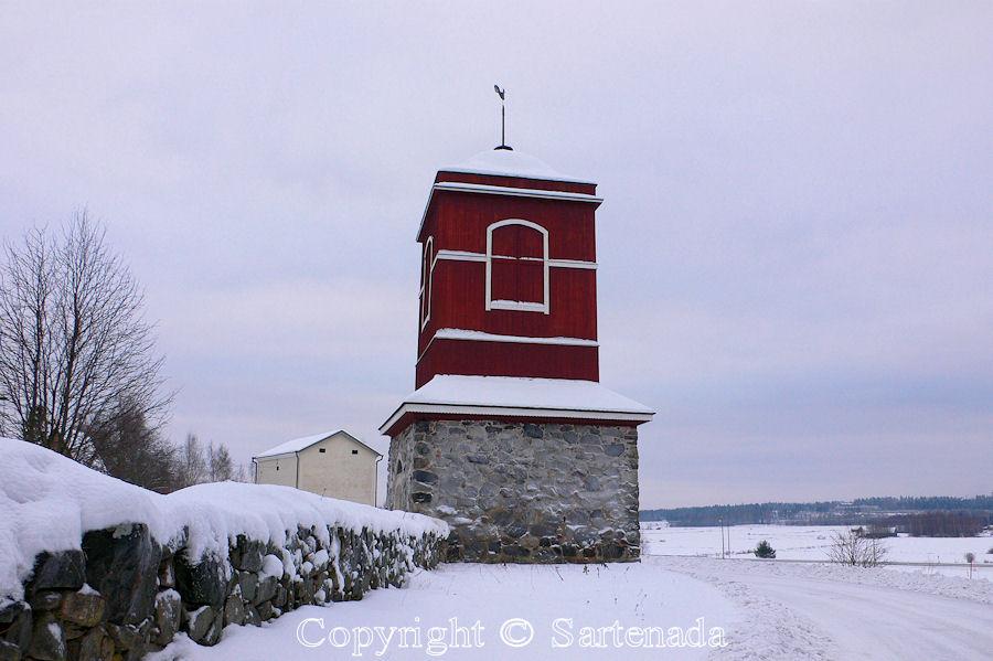 Hattula Holy Cross-In Finland bell towers are mainly separated from churches / En Finlandia campanarios son generalmentemente separados de iglesias / Dans Finlande les clochers sont généralement séparés des églises