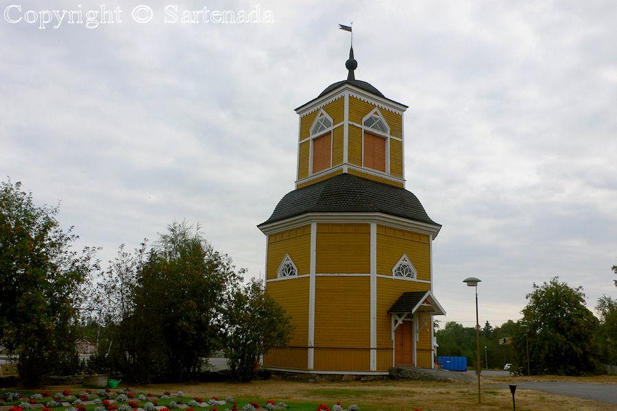 Himanka-In Finland bell towers are mainly separated from churches / En Finlandia campanarios son generalmentemente separados de iglesias / Dans Finlande les clochers sont généralement séparés des églises