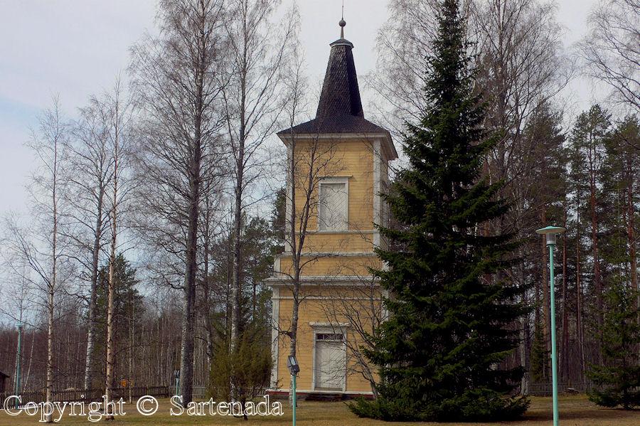 Hyrynsalmi-In Finland bell towers are mainly separated from churches / En Finlandia campanarios son generalmentemente separados de iglesias / Dans Finlande les clochers sont généralement séparés des églises
