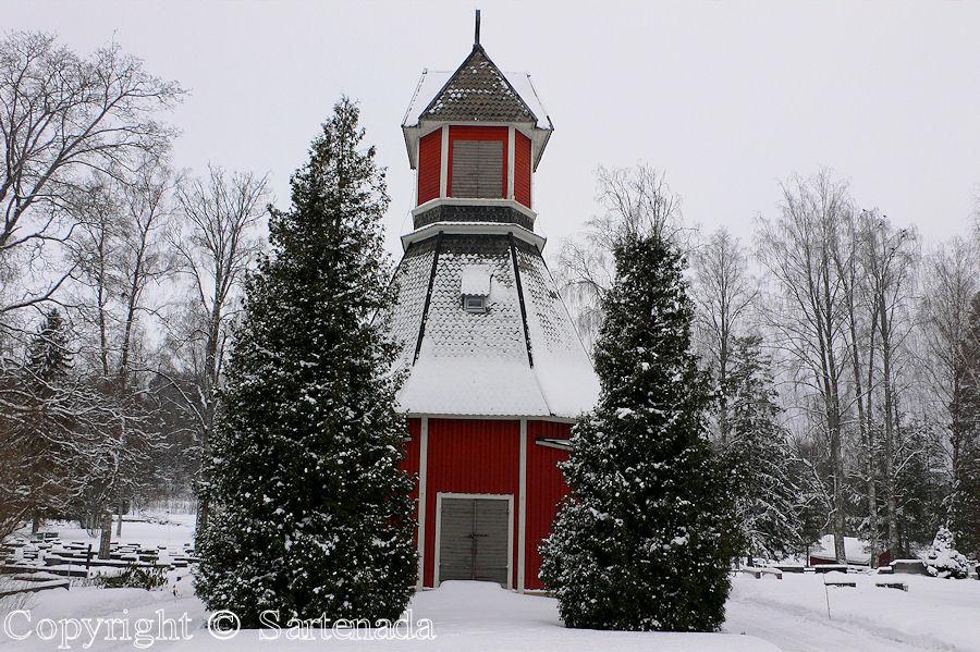 Iitti - In Finland bell towers are mainly separated from churches / En Finlandia campanarios son generalmentemente separados de iglesias / Dans Finlande les clochers sont généralement séparés des églises