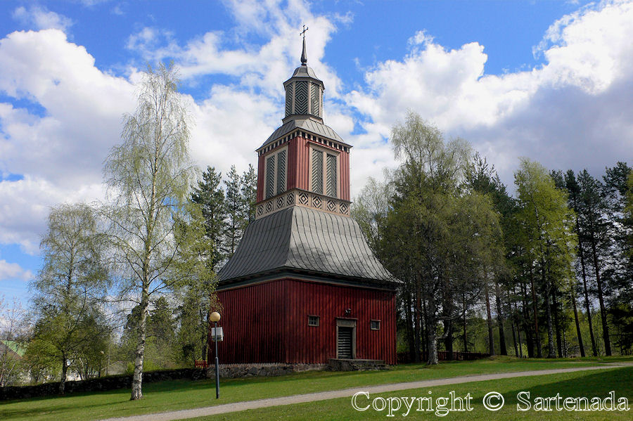 Ilomantsi Lutheran-In Finland bell towers are mainly separated from churches / En Finlandia campanarios son generalmentemente separados de iglesias / Dans Finlande les clochers sont généralement séparés des églises