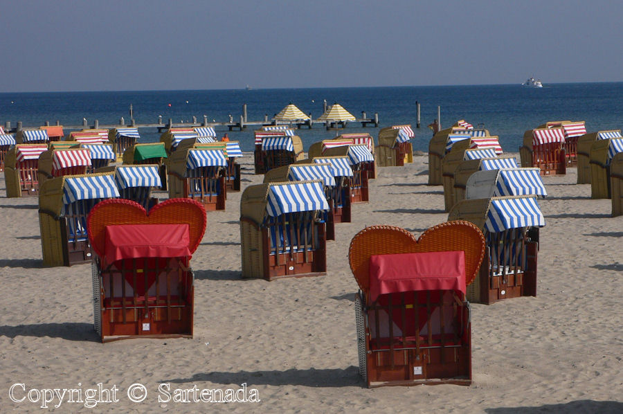 I love these German beach chairs (Strandkorb)