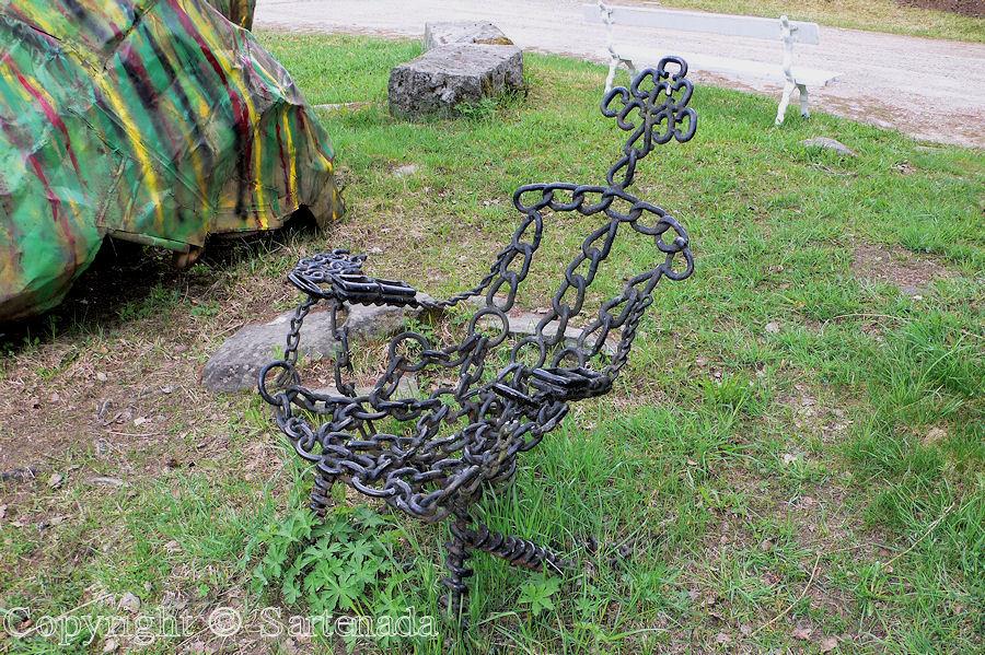 Art made from plates, chains and bolts / Arte hecho de placas, cadenas y tornillos / l'art faite de plaques, chaînes et boulons