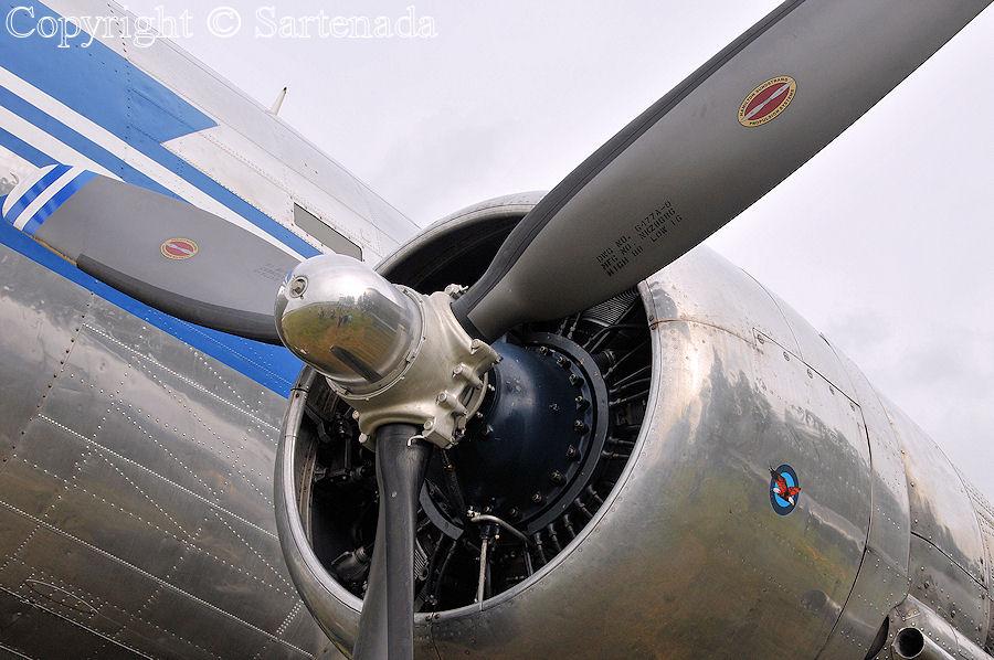 Vintage DC-3 Dakota / Viejo avíon DC-3 / Vieux avion DC-3