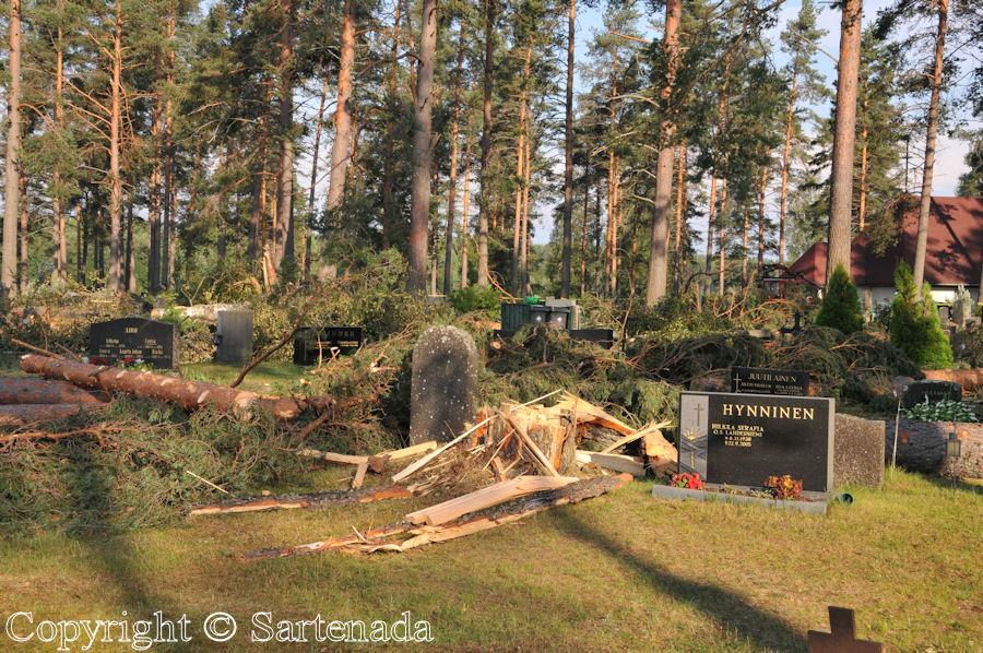 Cemetery after storm / Cementerio después de la tormenta / Cimetière après la tempête
