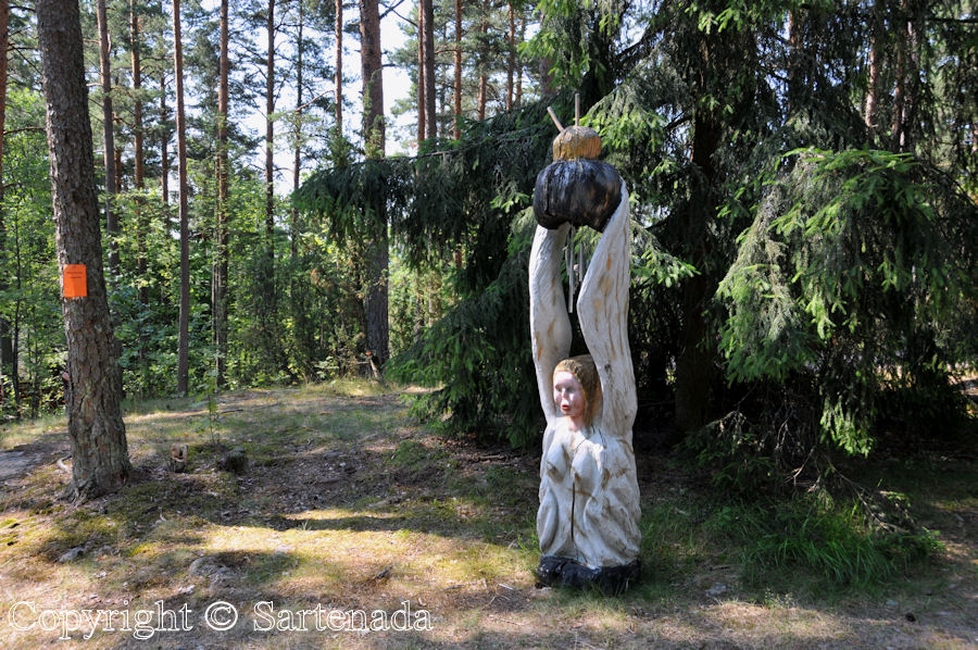 Outsider art in the woods / Arte marginal en el bosque / Art marginal dans les bois