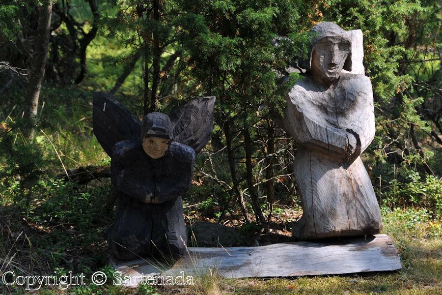 Outsider art in the woods / Arte marginal en el bosque / Art marginal dans les bois