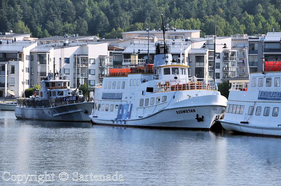 Walking to the harbor / Caminando hacia el puerto / En marchant vers le quai