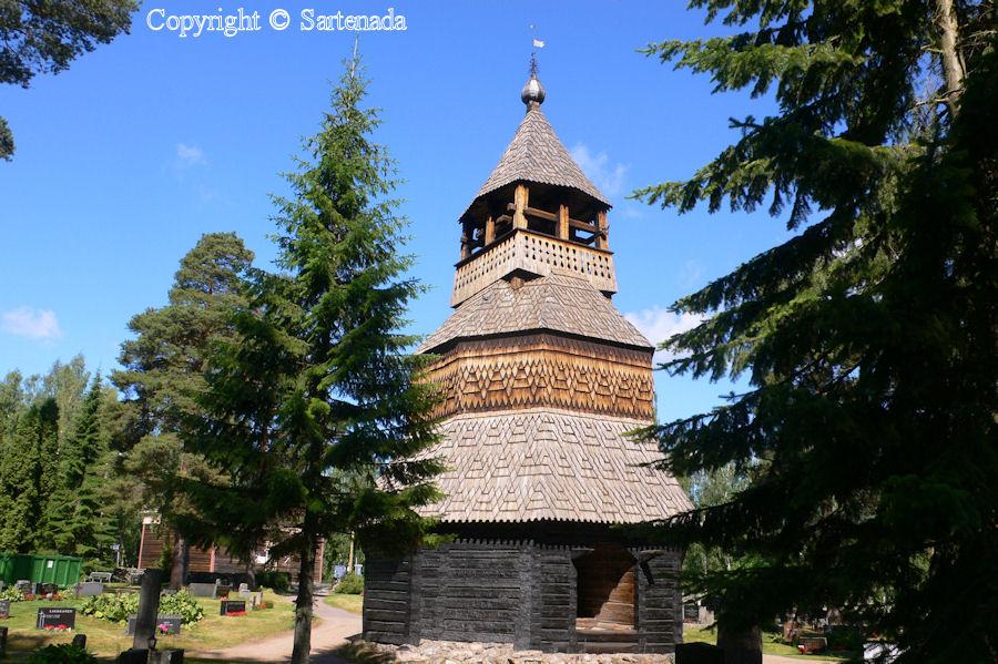 Strange belltower / Campanario raro / Étrange clocher