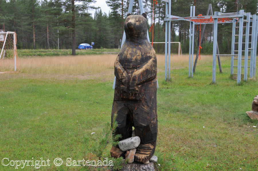 Carved bears in Kitinen