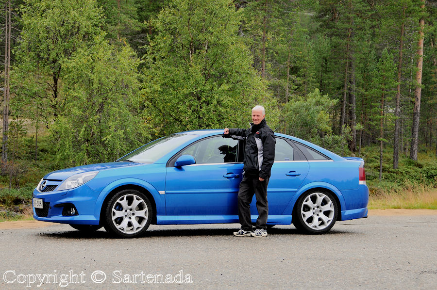 Resting-place somewhere before Inari. In photo me and my blue car.