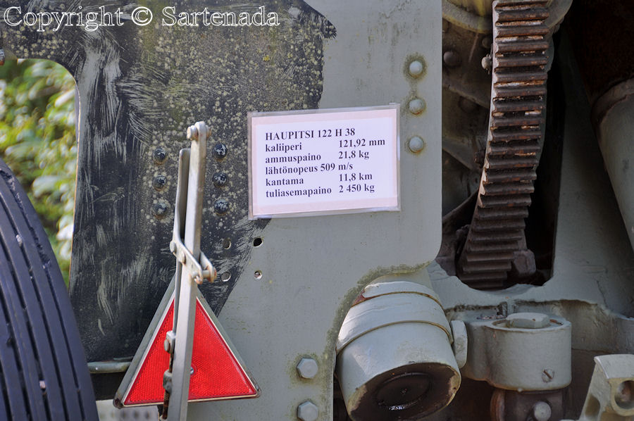 Howitzer. Caliber 121.92 mm. 21.9 kg. muzzle velocity 509 m/s, range 11.8 km, weight of fire station 2450 kg