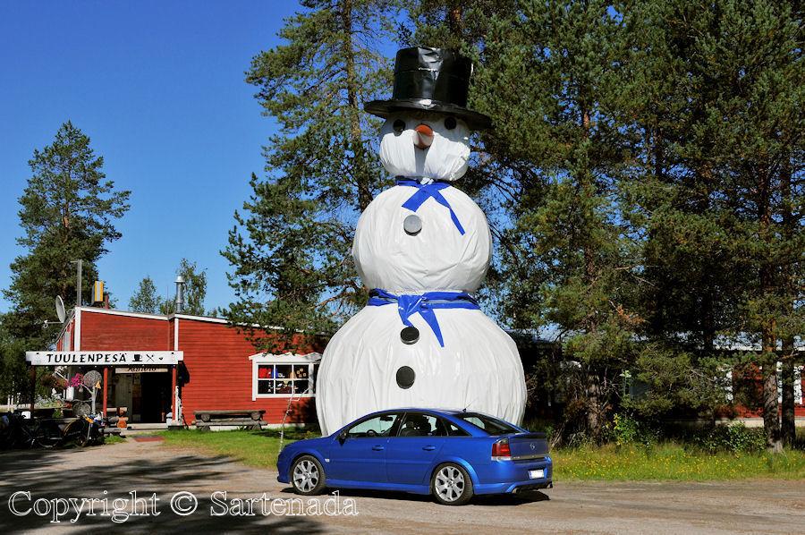 Big snowman at the Arctic Circle / Muñeco de nieve grande en el Círculo Polar Ártico / Gros bonhomme de neige dans le Cercle Arctique