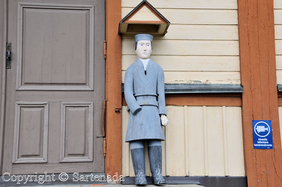 Kannus – Poor man-statues / Estatuas de pobre hombre / Statues de Pauvre Homme