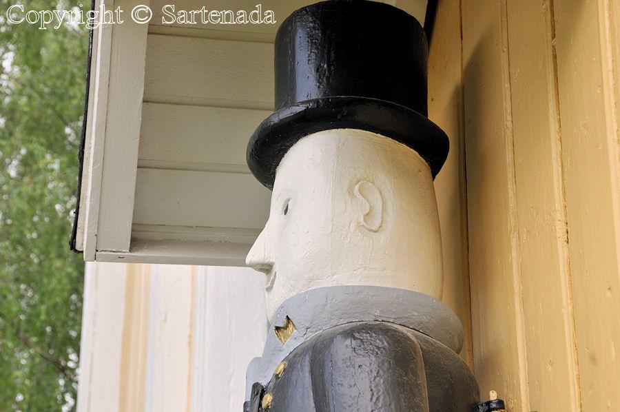 Rautio - Poorman statues. Wooden beggar statues. Finnish pauper sculptures