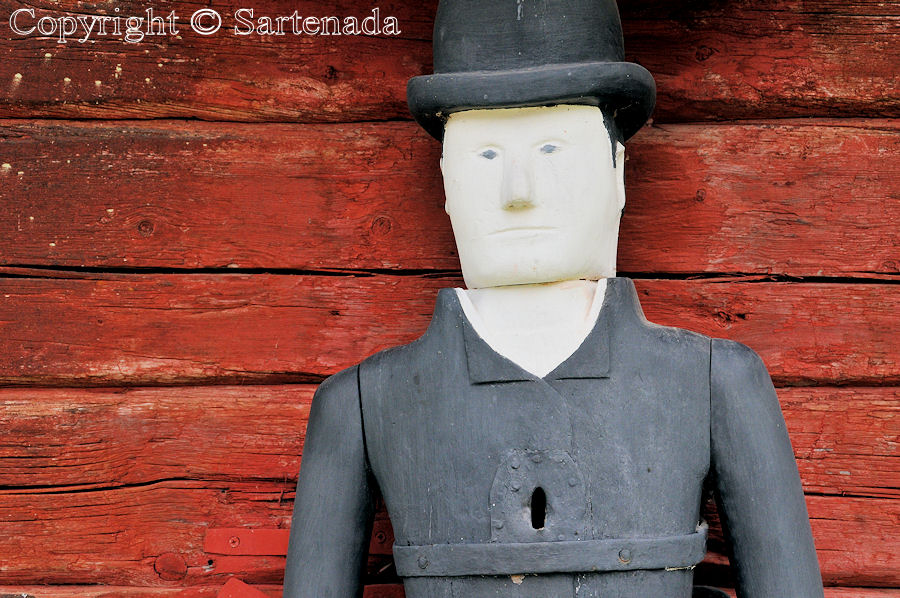 Sievi - Poor-man statues / Estatuas de pobre hombre / Statues de Pauvre Homme