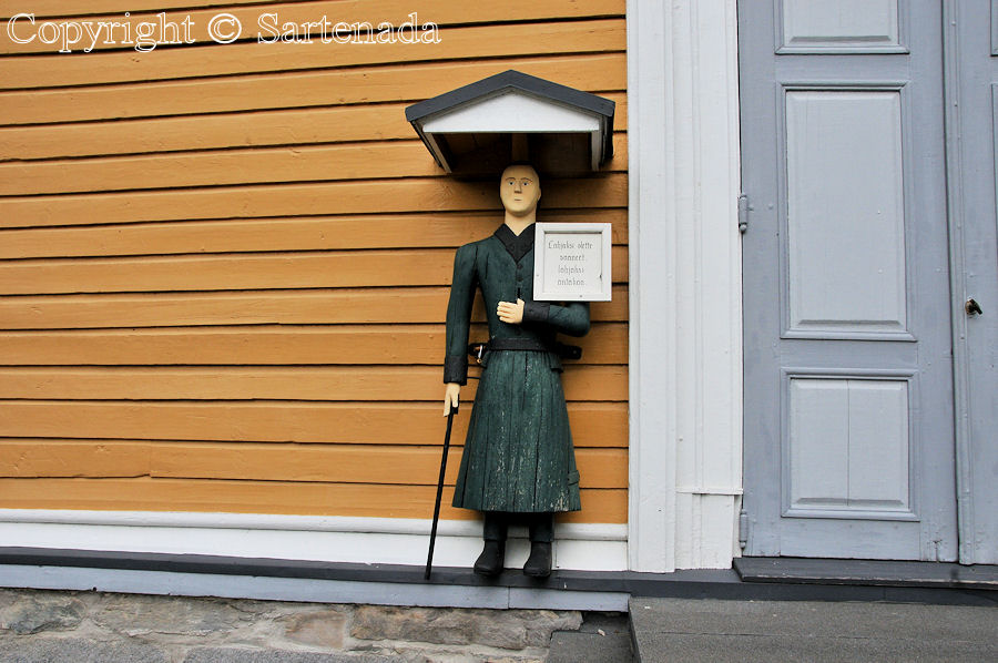 Veteli - Poorman statues. Wooden beggar statues. Finnish pauper sculptures
