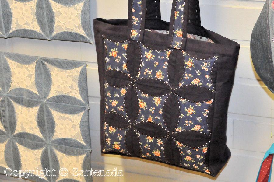Quilted hand bags and toiletry bags / bolsas de mano y bolsas de aseo acolchadas / Sacs à main matelassés et trousses de toilette matelassées