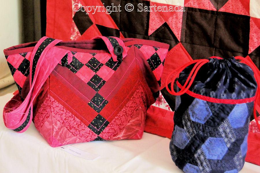 Quilted hand bags and toiletry bags/bolsas de mano y bolsas de aseo acolchadas / Sacs à main matelassés et trousses de toilette matelassées