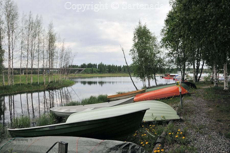 Walking on the shore of Lake Saimaa / Caminando por la orilla del lago del Saimaa / Marchant sûr le rive du lac Saimaa