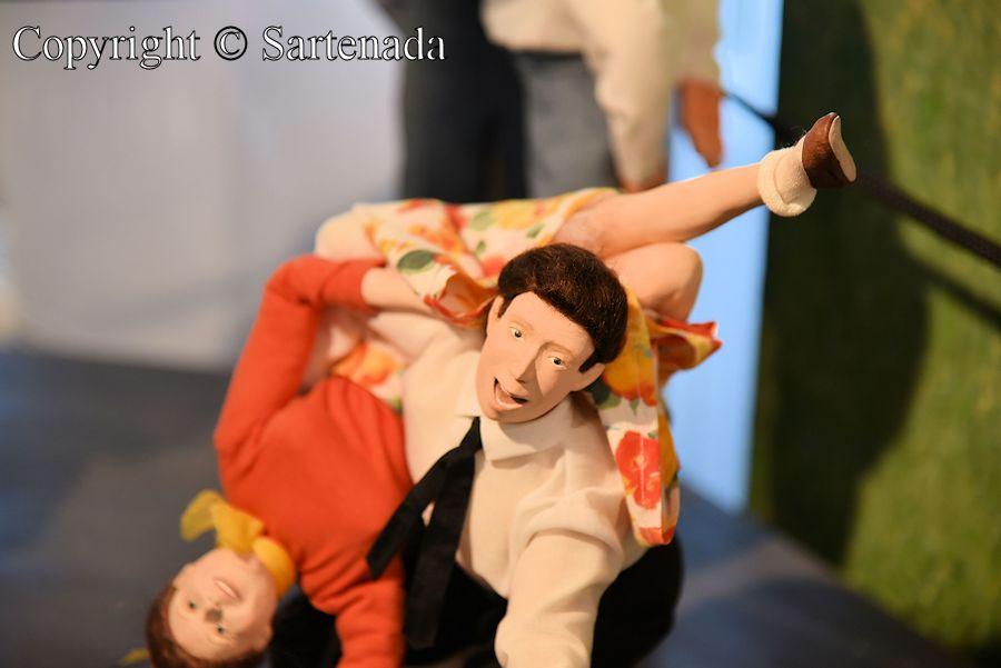 Dancing dolls / Muñecos bailando / Poupées dansantes / Bonecas dançando