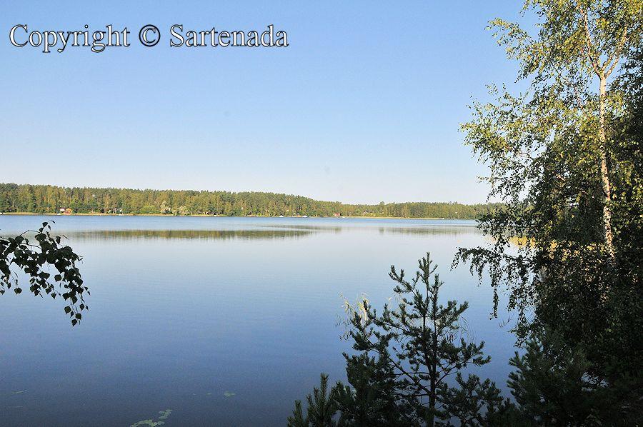 Peaceful village by the lake / Pueblo tranquilo al lado del lago / Village paisible au bord du lac / Aldeia aranquila  à beira do lago