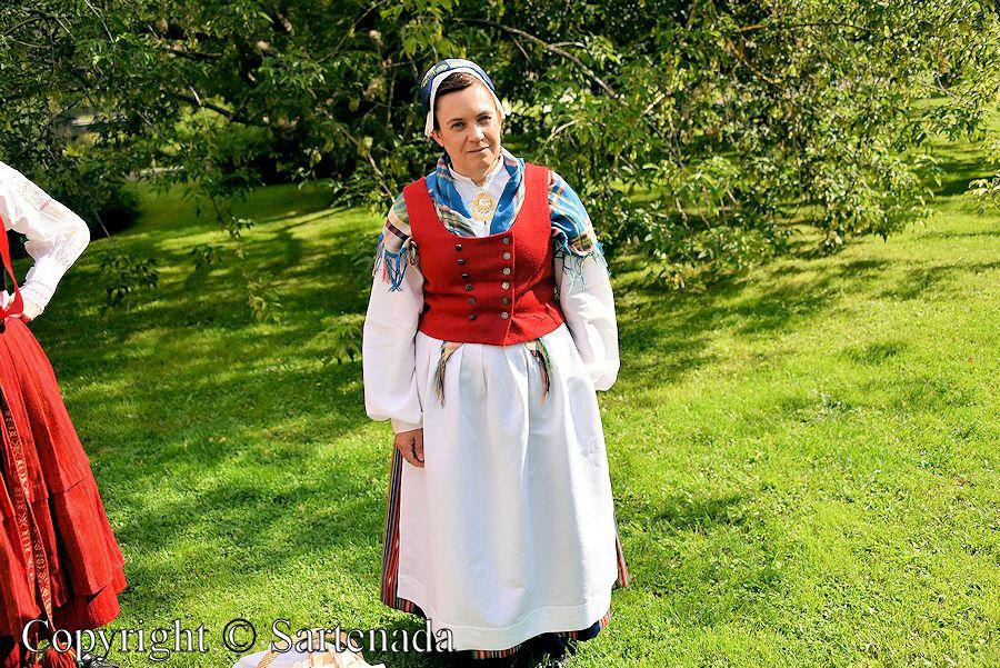 Airing national costumes / Aireando trajes nacionales / Aération de costumes nationaux / Arejamento das trajes nacionais