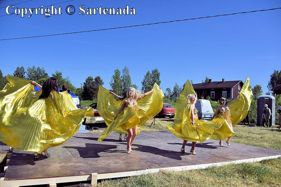Angel wing Samba dancers / Los bailarines de samba con alas de ángel / Les danseurs de Samba avec des ailes d'ange / As dançarinas de samba com asas de anjo