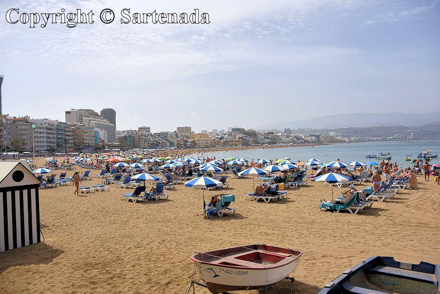 11. Crowded beach Playa de Las Canteras