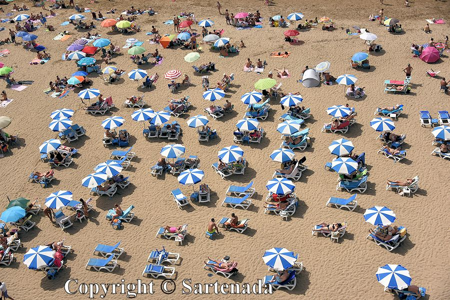 28. Crowded beach of Playa de Las Canteras