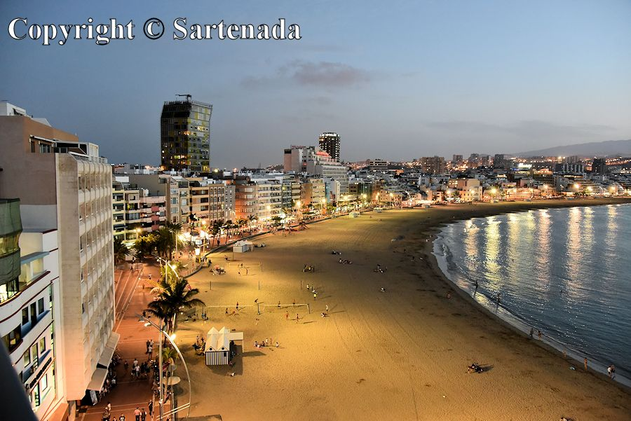 Playa de Las Canteras in the evening