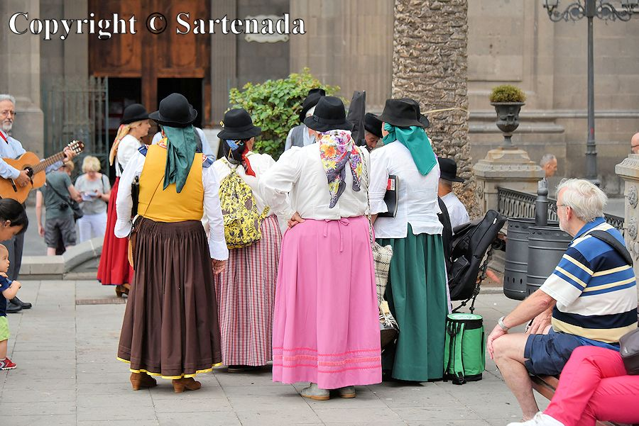 41. Folk music ensemble in front of the Cathedral of Santa Ana