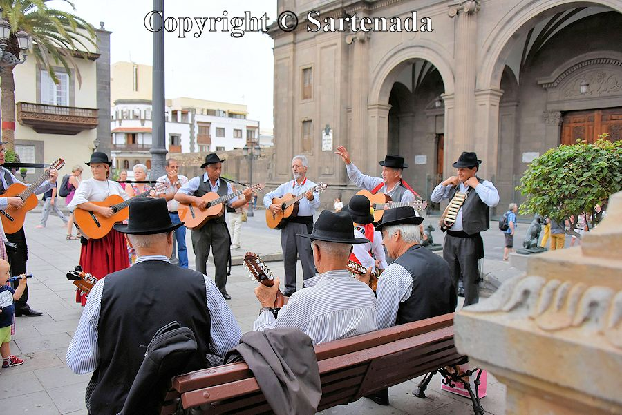 43. Folk music ensemble in front of the Cathedral of Santa Ana