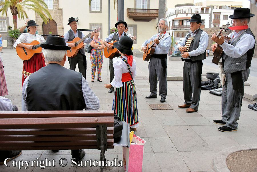 46. Folk music ensemble in front of the Cathedral of Santa Ana