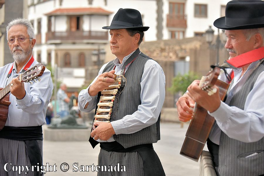 47. Folk music ensemble in front of the Cathedral of Santa Ana