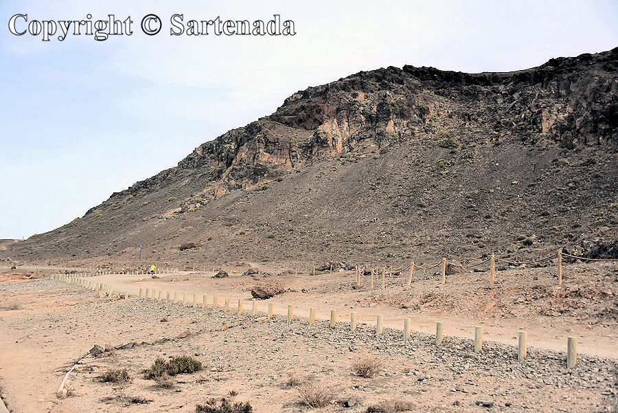 25. Sandy road continues beyond the El Confital