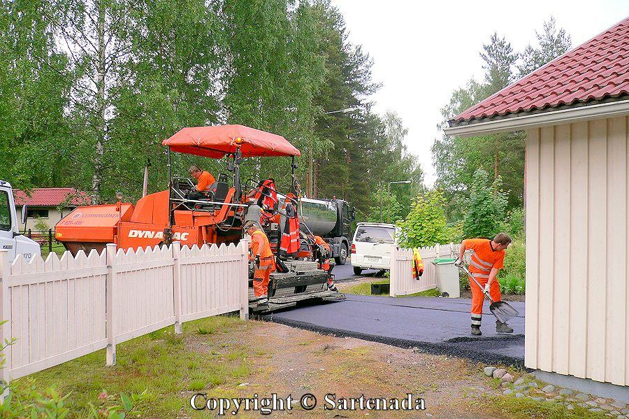 Asphalting the road / Asfaltado el camino / Bitumage de la route / Asfaltamento da estrada